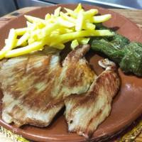 Secreto ibérico con guarnición de patatas fritas y pimiento verde